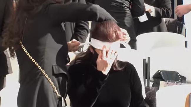 Vợ cố nghệ sĩ Chí Tài khóc sưng mắt, ôm chặt di ảnh trong tang lễ của chồng - Ảnh 3.