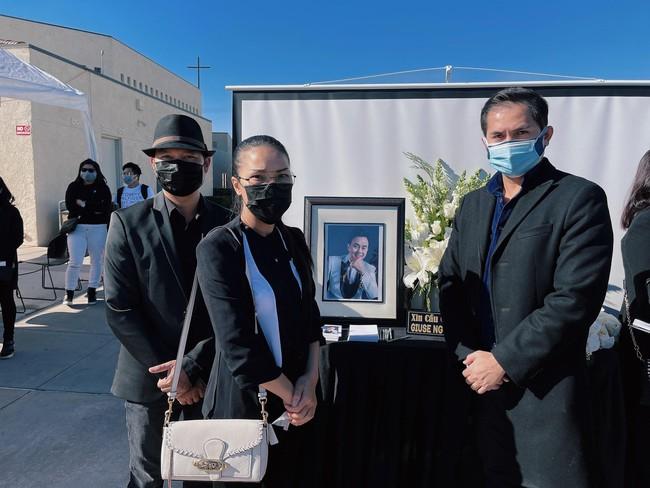 Tang lễ cố nghệ sĩ Chí Tài tại Mỹ: Vợ cố nghệ sĩ Chí Tài lưu luyến nhìn mặt chồng lần cuối trước khi nắp quan tài được đóng lại - Ảnh 15.