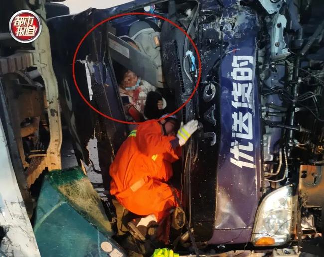 Tai nạn giao thông thảm khốc, vợ chảy máu chịu đau ôm chồng suốt 20 phút đợi giải cứu, hình ảnh được chia sẻ khiến ai cũng cảm động - Ảnh 1.