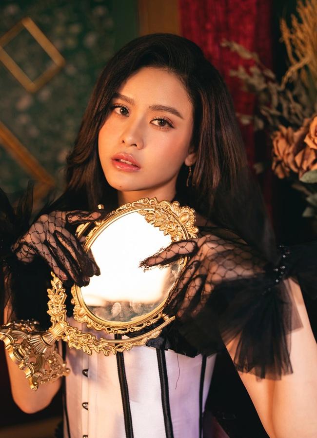 Trương Quỳnh Anh thật khác trong bộ ảnh đón Giáng sinh quyền lực nhưng vẫn vô cùng quyến rũ - Ảnh 5.
