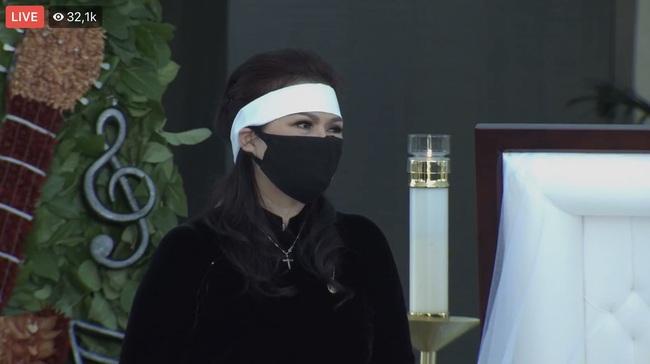 Tang lễ cố nghệ sĩ Chí Tài tại Mỹ: Vợ cố nghệ sĩ Chí Tài lưu luyến nhìn mặt chồng lần cuối trước khi nắp quan tài được đóng lại - Ảnh 20.