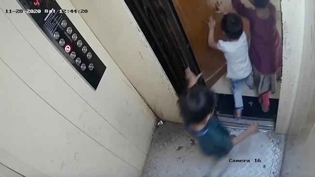 3 đứa trẻ lon ton vào thang máy mà không có người lớn đi cùng, cậu bé 5 tuổi bị thang máy đè chết thương tâm, hiện trường vụ việc gây ám ảnh - Ảnh 2.