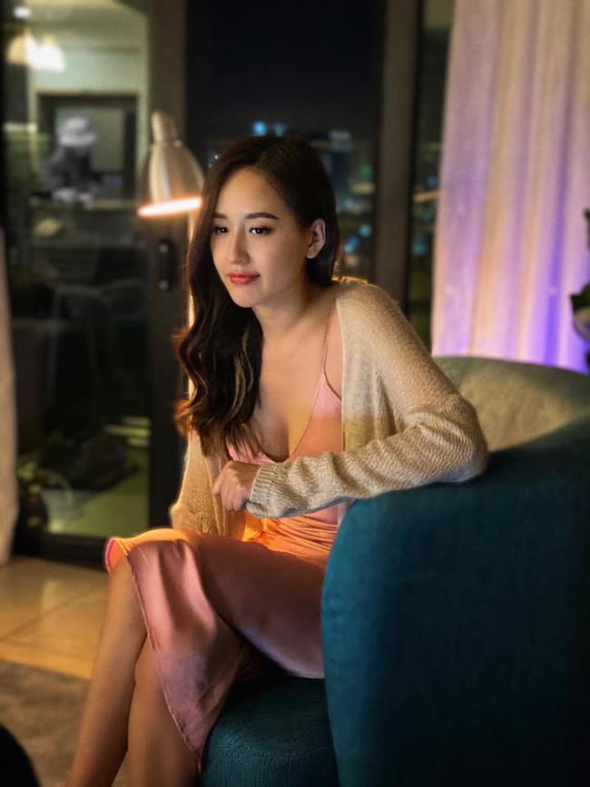 """Mai Phương Thúy mặc váy dây mỏng manh ở nhà, lộ vòng 1 lấp ló """"nóng bỏng mắt"""" - Ảnh 2."""