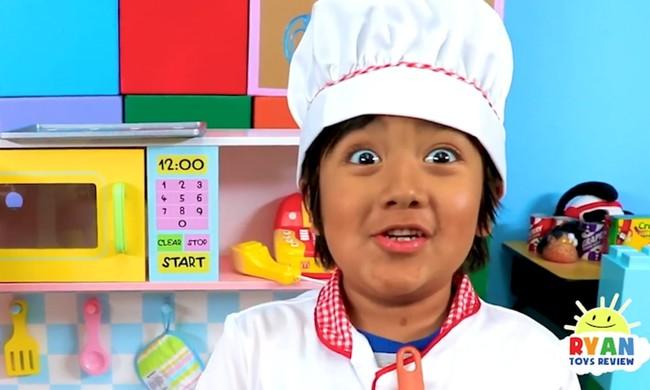 Cậu bé 9 tuổi trở thành YouTuber thu nhập cao nhất thế giới, có sở hữu kênh gần 42 triệu người theo dõi chỉ sau 5 năm review đồ chơi trẻ em - Ảnh 1.