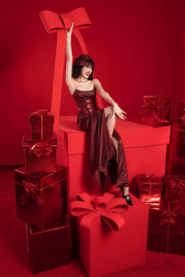 Bảo Anh khoe khéo đôi gò bồng đảo đầy gợi cảm trong bộ ảnh mừng Giáng sinh - Ảnh 2.