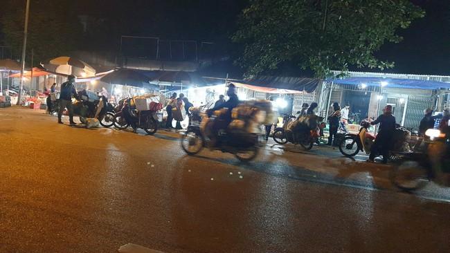 Chợ sáng sớm ven QL 6 khu vực cầu Mai Lĩnh