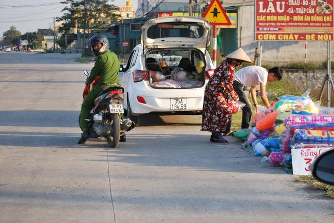 Cảnh buôn bán tại đường vành đai thị trấn Yên Ninh, Yên Khánh (Ninh Bình)
