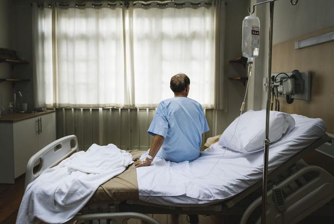 Người đàn ông bị đau vai bị phát hiện ung thư phổi - Ảnh 1.