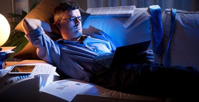 Thức khuya và làm thêm cả tuần, người phụ nữ suýt bị mù, tác hại của thức khuya nhiều hơn bạn nghĩ - Ảnh 3.