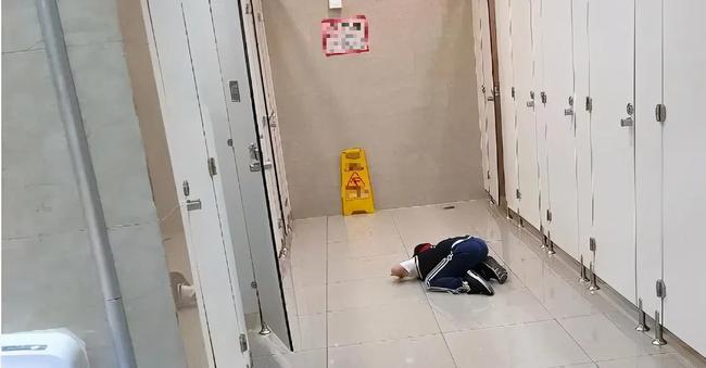 Bé trai 6 tuổi mở cửa nhà vệ sinh nữ, cách người mẹ phản ứng khiến những người ở nhà hàng đồng loạt khẳng định: Đứa trẻ sẽ không thể lớn lên tử tế sau này - Ảnh 1.