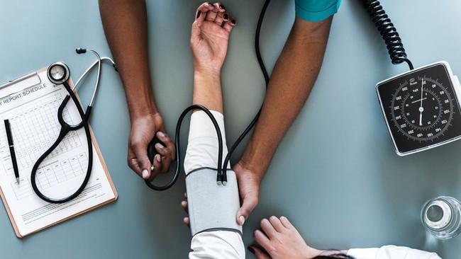Đi khám bệnh được kiểm tra chỉ số này ở cả 2 cánh tay có thể phòng ngừa bệnh đau tim, đột quỵ và tử vong - Ảnh 1.