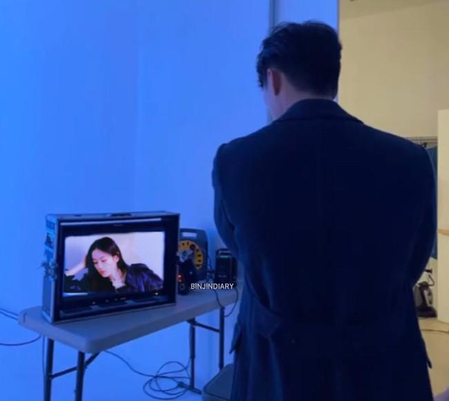 Lộ bức hình Hyun Bin đứng ngắm Son Ye Jin lúc quay quảng cáo? - Ảnh 2.