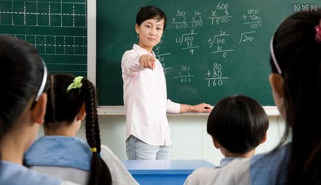 """Thấy chướng mắt với cậu học sinh cá biệt, cô giáo tìm mọi cách """"đì"""" em, đến khi đọc xong học bạ của em thì thái độ quay ngoắt 360 độ - Ảnh 1."""