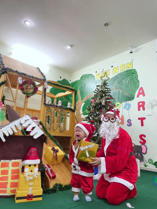 Chùm ảnh các bé mầm non khóc thét khi gặp ông già Noel chiếm sóng MXH, dân tình vừa buồn cười vừa thương: Giáng sinh vui vẻ gì nữa! - Ảnh 1.