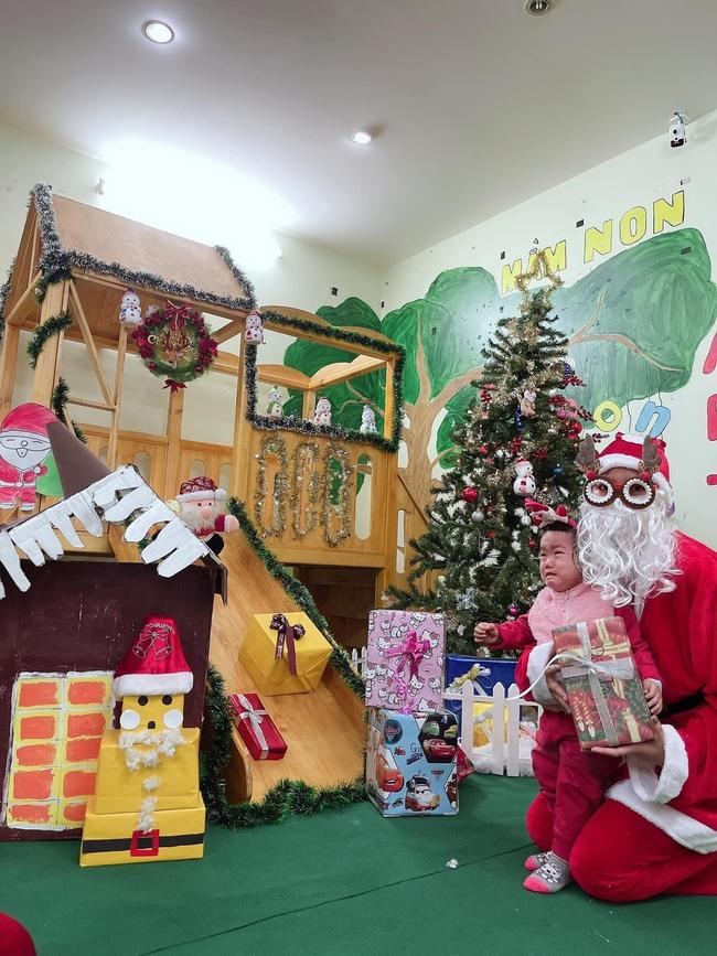 Chùm ảnh các bé mầm non khóc thét khi gặp ông già Noel chiếm sóng MXH, dân tình vừa buồn cười vừa thương: Giáng sinh vui vẻ gì nữa! - Ảnh 3.