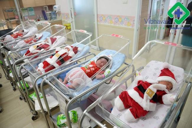 Khi bạn ra đời vào ngày Giáng sinh: Loạt ảnh các bé vừa chào đời đã được diện đồ Noel khiến dân mạng rần rần chia sẻ vì nhìn cưng muốn xỉu - Ảnh 2.