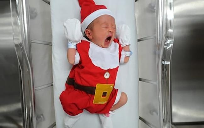 Khi bạn ra đời vào ngày Giáng sinh: Loạt ảnh các bé vừa chào đời đã được diện đồ Noel khiến dân mạng rần rần chia sẻ vì nhìn cưng muốn xỉu - Ảnh 8.