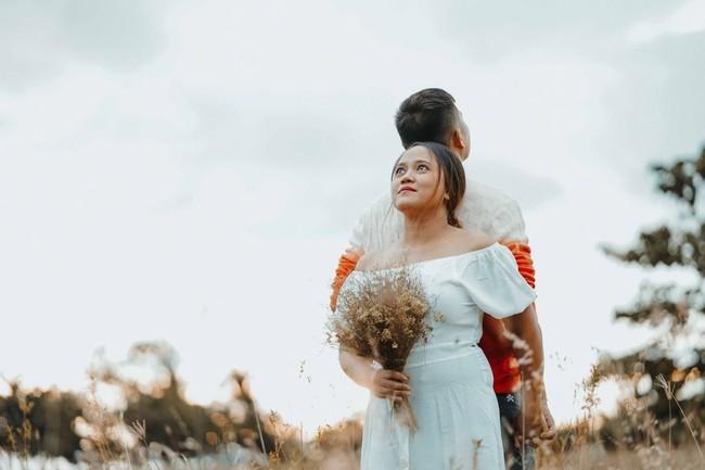 Sốc với bộ ảnh cưới trần trụi của cặp đôi chỉ quấn duy nhất tấm lá chuối, cô dâu tiết lộ phản ứng không tin nổi của phụ huynh - Ảnh 6.