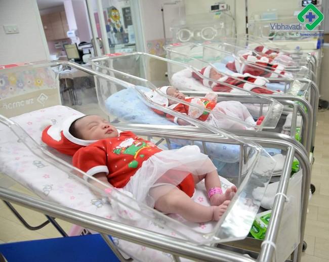 Khi bạn ra đời vào ngày Giáng sinh: Loạt ảnh các bé vừa chào đời đã được diện đồ Noel khiến dân mạng rần rần chia sẻ vì nhìn cưng muốn xỉu - Ảnh 3.
