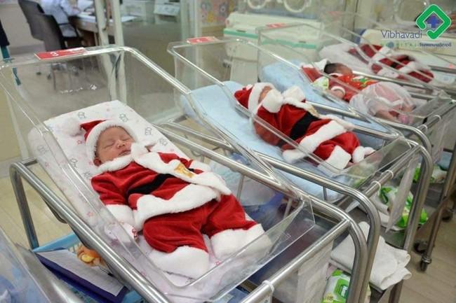 Khi bạn ra đời vào ngày Giáng sinh: Loạt ảnh các bé vừa chào đời đã được diện đồ Noel khiến dân mạng rần rần chia sẻ vì nhìn cưng muốn xỉu - Ảnh 4.