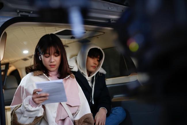 Hoàng Yến Chibi nựng má, sà vào lòng Sung Hoon trong bộ phim chiếu ở Hàn Quốc  - Ảnh 3.