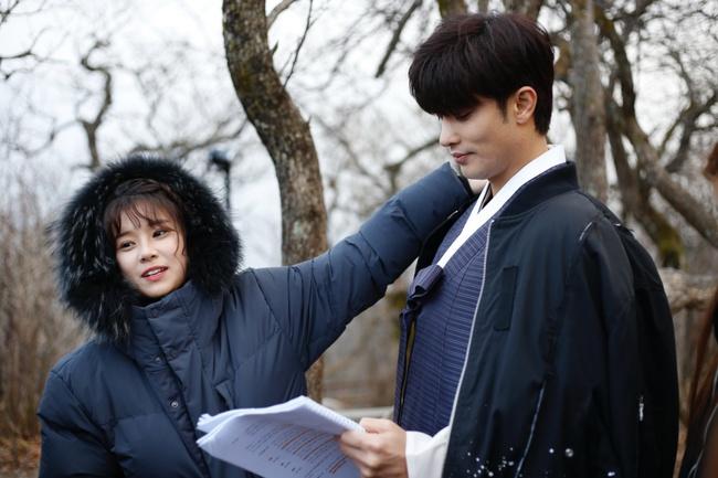 Hoàng Yến Chibi nựng má, sà vào lòng Sung Hoon trong bộ phim chiếu ở Hàn Quốc  - Ảnh 9.