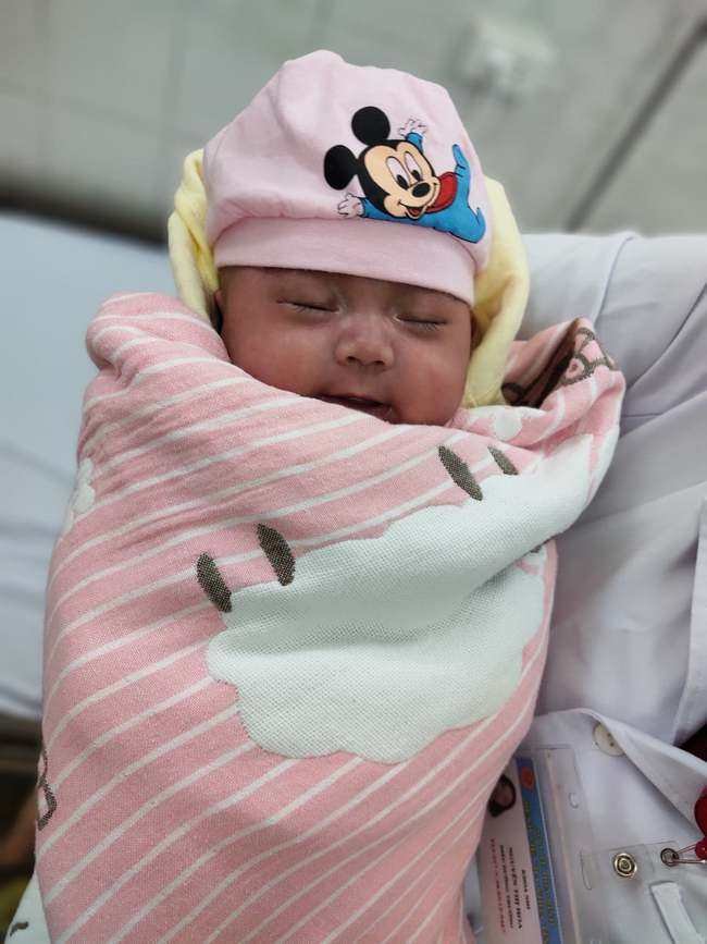 Trường hợp bé sơ sinh cực non 800g hiếm gặp được cứu sống khi đã từng ngừng thở và tưởng chừng khó có thể qua khỏi - Ảnh 1.