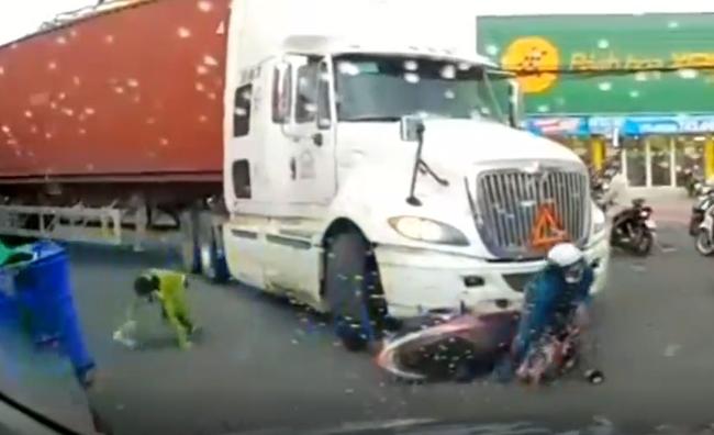 Clip: Xe đầu kéo lừng lững đâm vào 2 người phụ nữ đi xe máy mà không hề dừng lại, nhưng nguyên nhân sâu xa lại không hoàn toàn do lỗi của tài xế - Ảnh 2.