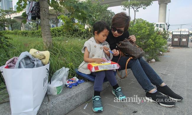 """Câu chuyện xúc động về ông bố ôm con nhỏ bán bọc chân chống trên vỉa hè ở Hà Nội: """"Bây giờ tôi không nghĩ đến việc lấy vợ mà phải nuôi con khôn lớn cái đã"""" - Ảnh 11."""