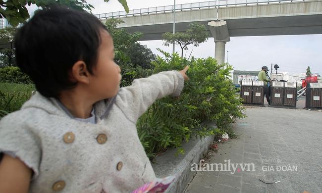 """Câu chuyện xúc động về ông bố ôm con nhỏ bán bọc chân chống trên vỉa hè ở Hà Nội: """"Bây giờ tôi không nghĩ đến việc lấy vợ mà phải nuôi con khôn lớn cái đã"""" - Ảnh 1."""