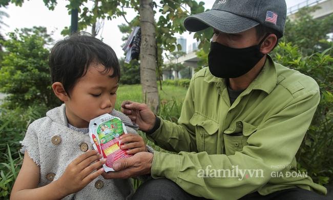 """Câu chuyện xúc động về ông bố ôm con nhỏ bán bọc chân chống trên vỉa hè ở Hà Nội: """"Bây giờ tôi không nghĩ đến việc lấy vợ mà phải nuôi con khôn lớn cái đã"""" - Ảnh 7."""