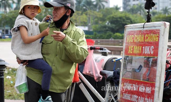 """Câu chuyện xúc động về ông bố ôm con nhỏ bán bọc chân chống trên vỉa hè ở Hà Nội: """"Bây giờ tôi không nghĩ đến việc lấy vợ mà phải nuôi con khôn lớn cái đã"""" - Ảnh 4."""