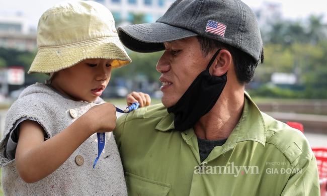 """Câu chuyện xúc động về ông bố ôm con nhỏ bán bọc chân chống trên vỉa hè ở Hà Nội: """"Bây giờ tôi không nghĩ đến việc lấy vợ mà phải nuôi con khôn lớn cái đã"""" - Ảnh 6."""