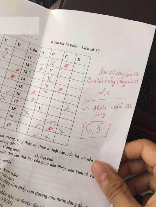 Biết mình chấm nhầm đề, cô giáo liền xin lỗi học sinh nhưng lại khiến ai thấy cũng phải cười đau bụng - Ảnh 1.