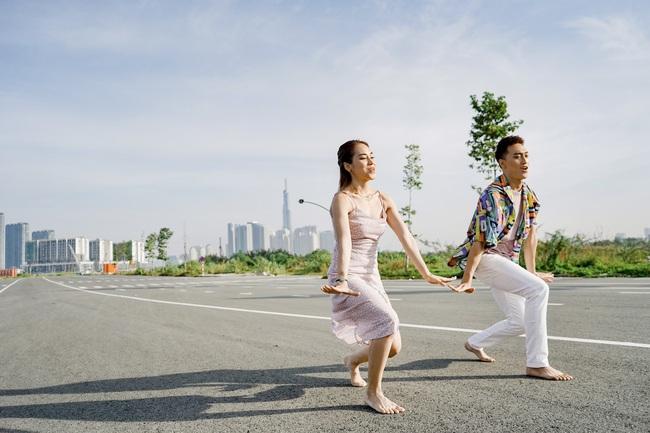 Xuân Thảo - Đình Lộc khoe kỹ năng nhảy điệu nghệ trong video 'Gác lại âu lo' - Ảnh 4.