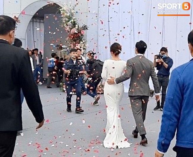 Hình ảnh Công Phượng - Viên Minh tươi cười trong rạp đám cưới ở quê gây xúc động mạnh, sau những sang chảnh ở Sài Gòn hay Phú Quốc thì tình người quê hương sao mà ấm đến vậy! - Ảnh 5.