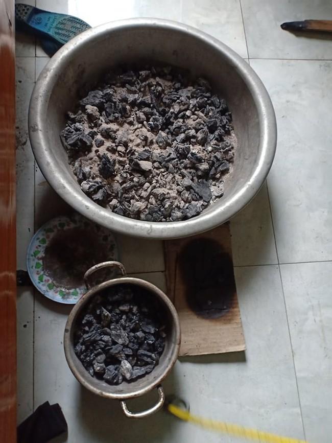 Đốt than trong phòng sưởi ấm, mẹ và 3 con nhỏ thương vong - Ảnh 1.