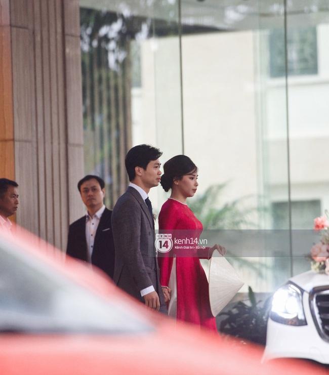 Vợ Công Phượng giản dị hết mức, lần cưới thứ 3 tại quê chồng vẫn chọn tóc búi đơn giản và áo dài đơn sắc  - Ảnh 4.