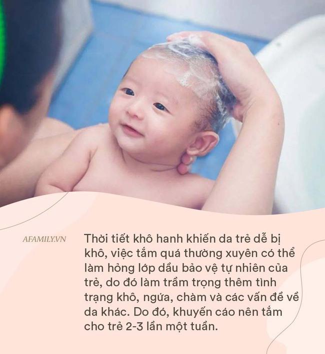 Bé 3 tuổi bị thương nặng sau khi tắm: 7 quy tắc cha mẹ cần ghi nhớ khi tắm cho trẻ vào mùa đông - Ảnh 4.