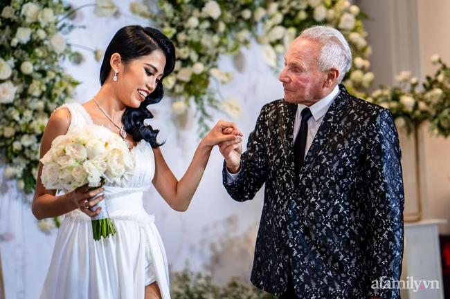 """Chuyện tình của cô gái Việt 26 tuổi và bạn trai 72 tuổi người Mỹ: Lời hứa hẹn """"lo tất cả"""" sau lần hẹn thứ hai và buổi đính hôn siêu sang chảnh tại khách sạn 6 sao Sài Gòn! - Ảnh 7."""