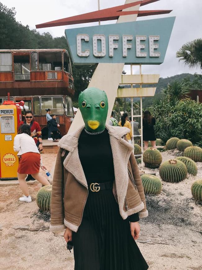 """Cô gái đeo mặt nạ đầu cá đang hot trend chơi """"sập"""" Đà Lạt, hấp dẫn nhất là chiếc ảnh lộ mặt đốn tim cộng đồng mạng - Ảnh 1."""