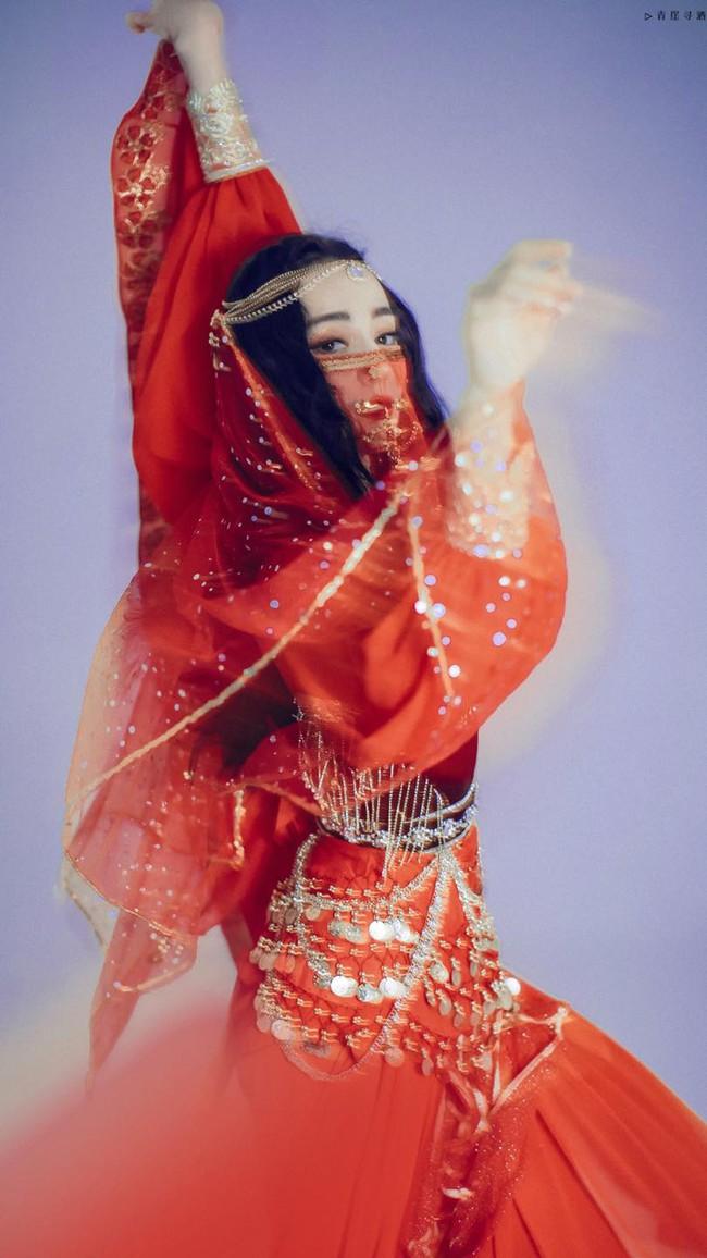 Địch Lệ Nhiệt Ba hóa cô gái dị vực, nhan sắc đẹp điên đảo chiếm chết spotlight đêm hội mừng năm mới - Ảnh 5.