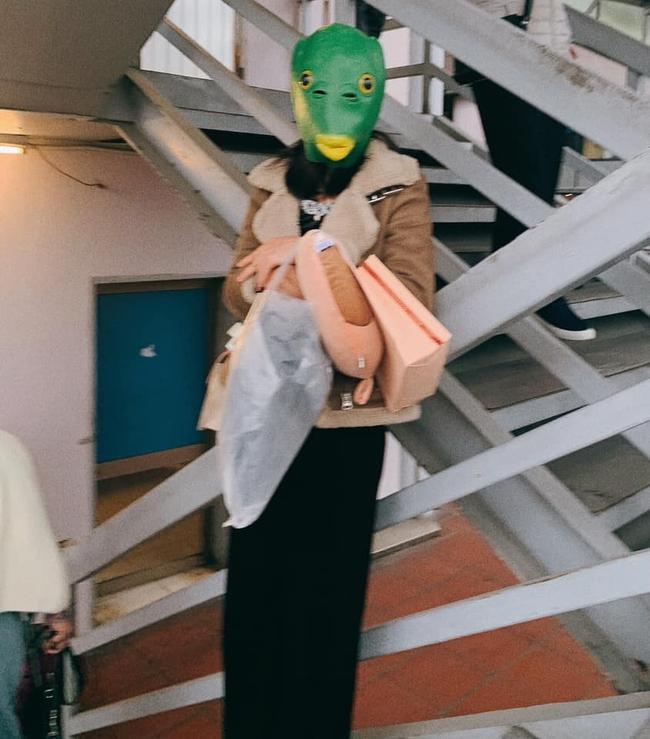 """Cô gái đeo mặt nạ đầu cá đang hot trend chơi """"sập"""" Đà Lạt, hấp dẫn nhất là chiếc ảnh lộ mặt đốn tim cộng đồng mạng - Ảnh 3."""