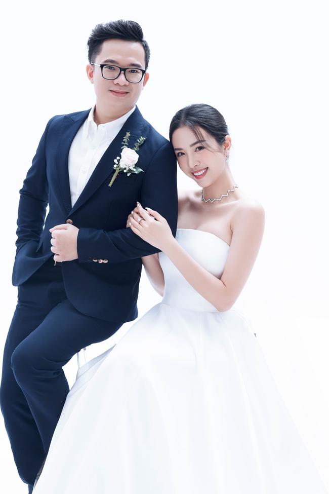 Á hậu Thúy An chính thức tung ảnh cưới đẹp như mơ cùng chồng tiến sĩ, công bố ngày lên xe hoa - Ảnh 2.
