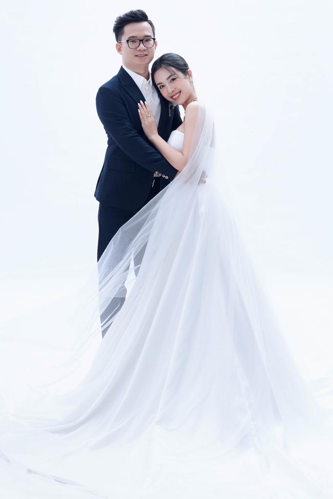 Á hậu Thúy An chính thức tung ảnh cưới đẹp như mơ cùng chồng tiến sĩ, công bố ngày lên xe hoa - Ảnh 3.