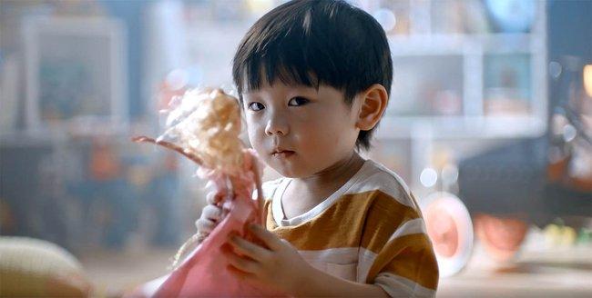 Bố mẹ nào cũng cấm bé trai chơi búp bê, nhưng biết được những lợi ích tuyệt vời này ai cũng thấy mình sai quá sai  - Ảnh 2.