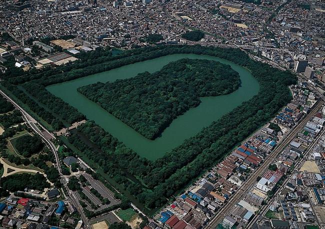 """Bí ẩn khu lăng mộ lớn nhất thế giới tại Nhật Bản: Hình thù kỳ lạ, bất khả xâm phạm và là nơi yên nghỉ của """"Thiên hoàng thần thoại"""" - Ảnh 2."""