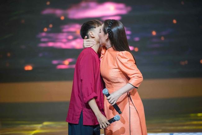 """Hồ Văn Cường càng lớn càng khác lạ, Phi Nhung lo sợ con nuôi bị """"lây đào hoa""""  - Ảnh 5."""
