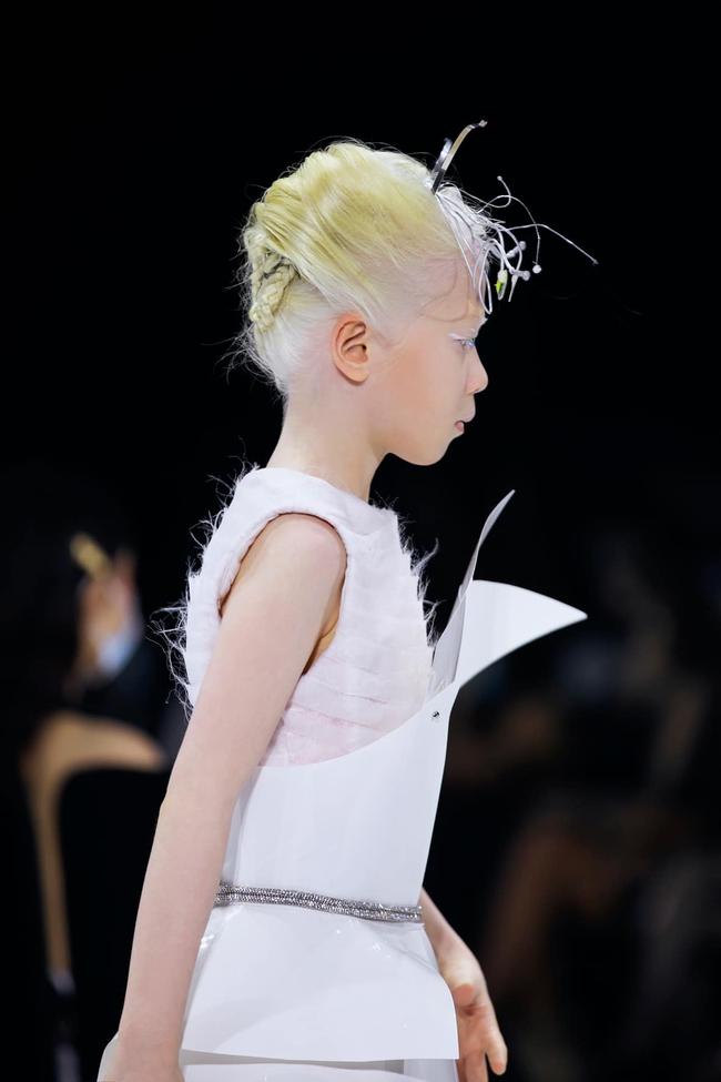 """Bé gái Vĩnh Phúc bị bạch tạng xuất hiện tại Tuần lễ Thời trang Quốc tế Việt Nam: Sở hữu cái tên """"nửa tây nửa ta"""" nhưng ai biết ý nghĩa cũng xúc động - Ảnh 2."""