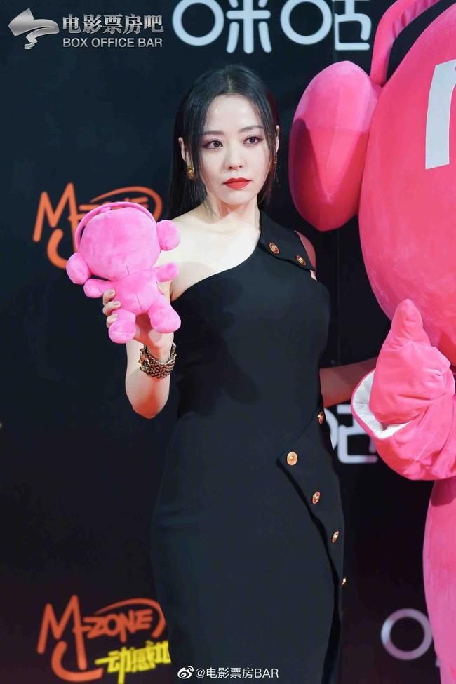 """Dàn sao Hoa ngữ đổ bộ thảm đỏ Migu Music Awards 2020: """"Tình tin đồn của Lisa"""" Thái Từ Khôn chiếm trọn """"spotlight"""" nhờ mái tóc bạch kim thần thánh - Ảnh 2."""